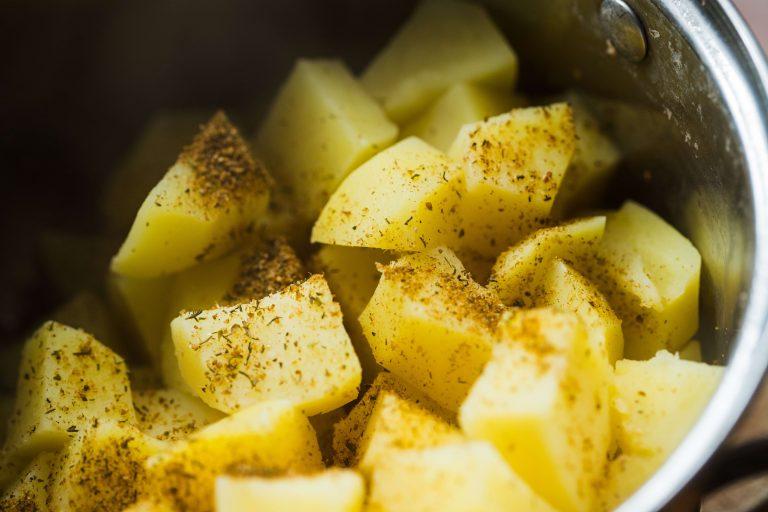 Jak dlouho vařit brambory, aby nebyly rozvařené ani syrové?